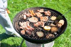 Il giorno soleggiato sta chiedendo un barbecue Immagini Stock Libere da Diritti