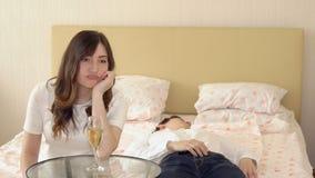 Il giovane è caduto addormentato nella camera da letto durante la sera romantica fotografia stock