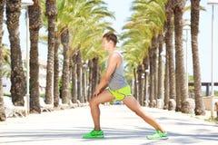 Il giovane adatto del ritratto laterale che allunga la gamba muscles Immagini Stock