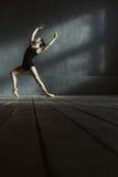 Il giovane addestramento carismatico del ballerino di balletto nel nero ha colorato la stanza Immagine Stock