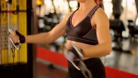 Il giovane addestramento dell'atleta femminile al club di forma fisica, facente si esercita per l'ente perfetto video d archivio