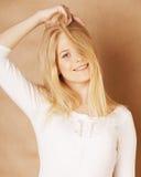 Il giovane adolescente fresco del blong ha scompigliato con suo sorridere dei capelli Fotografia Stock