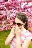 Il giovane adolescente ha fiori odoranti del ciliegio di allergia Fotografia Stock Libera da Diritti