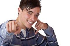 Il giovane, adolescente piacevole indica con la barretta sulla macchina fotografica Fotografia Stock Libera da Diritti
