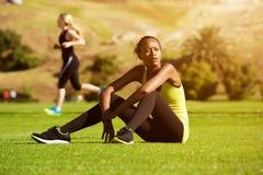 Il giovane Africano mette in mostra la donna che si rilassa dopo l'allenamento Fotografia Stock