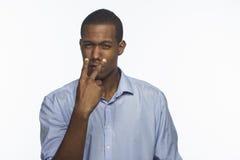Il giovane afroamericano che tiene il suo osserva sull'obiettivo, orizzontale Fotografia Stock