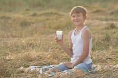 Il giovane agricoltore sorridente durante irrompe il campo Fotografie Stock Libere da Diritti