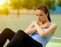 Il giovane allenamento atletico di mattina di pratica della donna esercita all'aperto Fotografia Stock Libera da Diritti