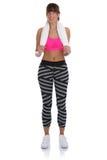 Il giovane allenamento della donna di sport di forma fisica che sta con l'asciugamano adatto dimagrisce Fotografie Stock Libere da Diritti