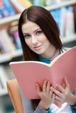 Il giovane allievo femminile passa in rassegna il libro Fotografie Stock Libere da Diritti