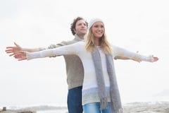 Il giovane allungamento casuale felice delle coppie distribuisce Fotografie Stock