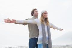 Il giovane allungamento casuale felice delle coppie distribuisce Immagine Stock