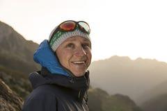 Il giovane alpinista bello gode dei raggi di sole di riscaldamento Immagini Stock Libere da Diritti