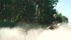 Il giovane amante dell'adrenalina guida ATV nei cerchi archivi video