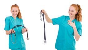 Il giovane apprendista medico con lo stetoscopio isolato su bianco Fotografia Stock