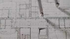 Il giovane architetto disegna un disegno da carta Primo piano stock footage