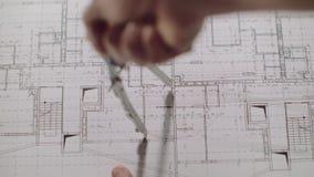 Il giovane architetto disegna un disegno da carta Primo piano archivi video