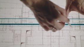 Il giovane architetto disegna un disegno da carta Primo piano video d archivio