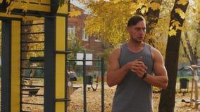 Il giovane atleta allunga le mani prima della formazione archivi video