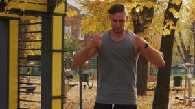 Il giovane atleta salta e fila le sue mani nel parco stock footage