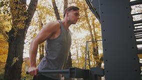 Il giovane atleta si esercita sulle parallele simmetriche archivi video