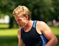 Il giovane atleta si rinfresca con acqua Fotografia Stock Libera da Diritti