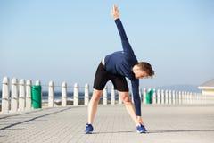 Il giovane attivo che allunga la gamba muscles fuori Fotografie Stock