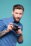 Il giovane attraente è pronto a fotografare fotografia stock libera da diritti