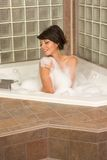 Il giovane attraente gorges la donna che cattura il bagno di bolla immagini stock libere da diritti