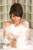 Il giovane attraente gorges la donna che cattura il bagno di bolla fotografie stock libere da diritti