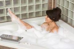 Il giovane attraente gorges la donna che cattura il bagno di bolla Fotografia Stock Libera da Diritti