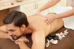 Il giovane attraente sta ottenendo il massaggio di rilassamento immagine stock