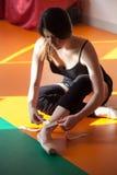 Il giovane ballerino della donna di balletto prepara per prepararsi Fotografia Stock