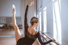 Il giovane ballerino di balletto moderno che posa contro i precedenti della stanza Immagini Stock