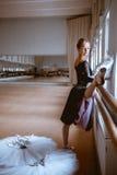 Il giovane ballerino di balletto moderno che posa contro i precedenti della stanza Fotografia Stock Libera da Diritti