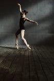 Il giovane ballerino femminile che esegue nello scuro ha acceso la stanza Fotografie Stock Libere da Diritti
