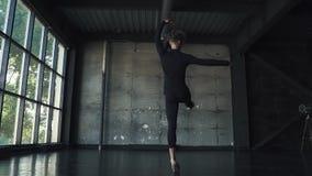 Il giovane balletto maschio del ballerino ha ballato sulla punta dei piedi in studio Movimento lento video d archivio