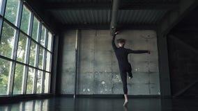Il giovane balletto maschio del ballerino ha ballato sulla punta dei piedi in studio Movimento lento archivi video