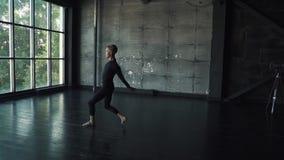 Il giovane balletto maschio del ballerino ha ballato sulla punta dei piedi in studio Movimento lento stock footage