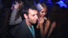 Il giovane ballo delle coppie di amore gode del partito in night-club celebrazione intrattenimento Sguardo dell'uomo in camera archivi video