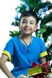 Il giovane bambino asiatico ottiene il suo regalo di Natale Fotografia Stock