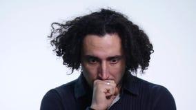 Il giovane barbuto carismatico in camicia nera su fondo bianco mostra le emozioni differenti archivi video