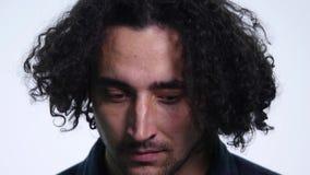 Il giovane barbuto carismatico in camicia nera su fondo bianco mostra le emozioni differenti video d archivio