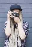 Il giovane bello fotografo della donna sta prendendo una foto Immagine Stock
