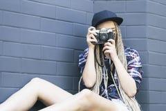 Il giovane bello fotografo della donna sta prendendo una foto Fotografie Stock Libere da Diritti