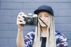 Il giovane bello fotografo della donna sta prendendo una foto Fotografia Stock