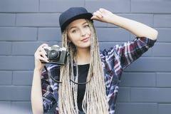 Il giovane bello fotografo della donna sta tenendo la macchina fotografica Fotografie Stock