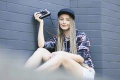 Il giovane bello fotografo della donna sta tenendo la macchina fotografica Fotografia Stock Libera da Diritti