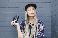 Il giovane bello fotografo della donna sta tenendo la macchina fotografica Immagini Stock