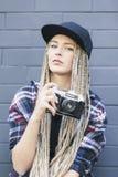 Il giovane bello fotografo della donna tiene la macchina fotografica Immagini Stock